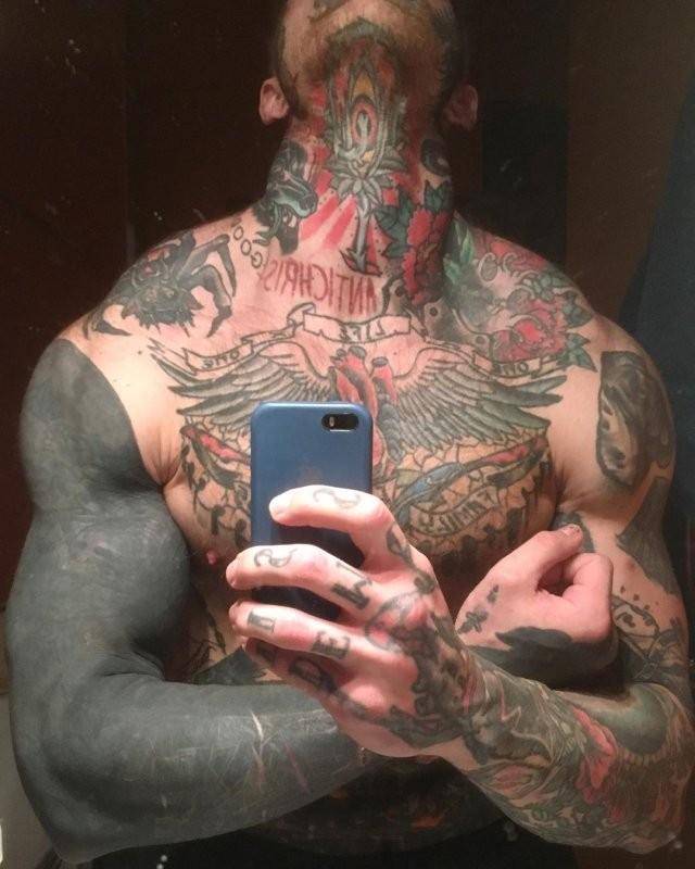 Сын актрисы Елены Яковлевой продолжает пугать людей тату (7 фото)