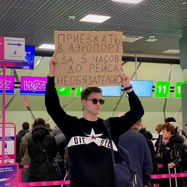 Одиночный пикет: парень выходит с плакатами, протестуя (15 фото)