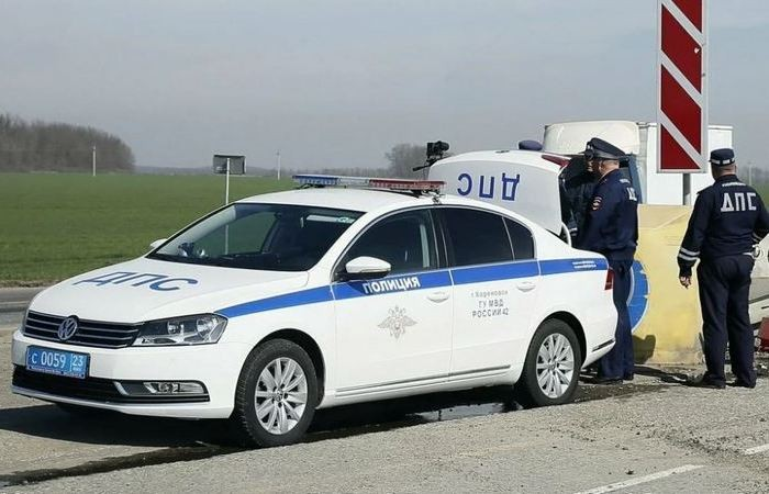 Зачем инспекторы ГИБДД открывают багажник в своем автомобиле (5 фото)