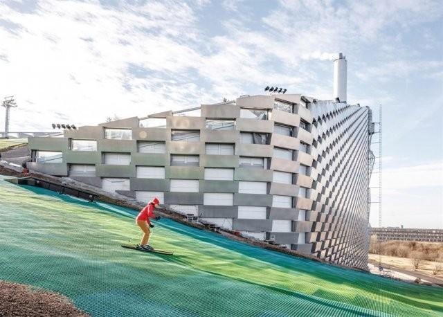 Искусственный горнолыжный курорт на крыше завода (15 фото)