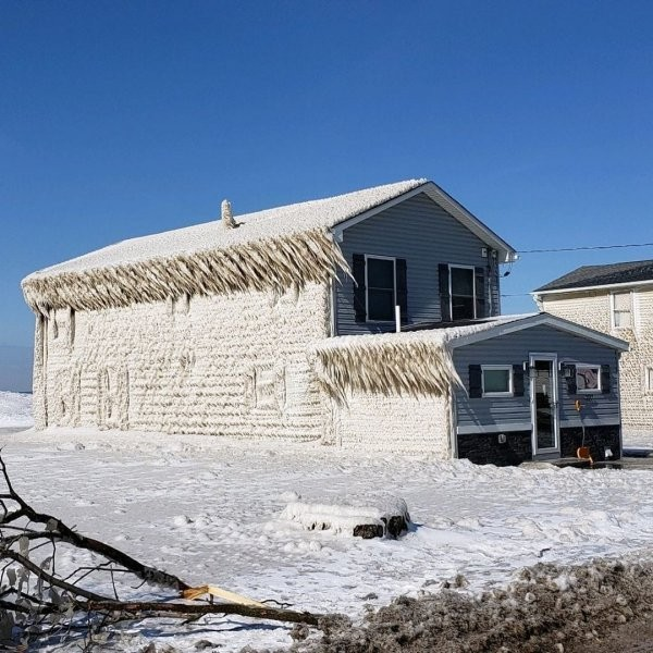 Покрытые льдом дома возле озера Эри (13 фото)