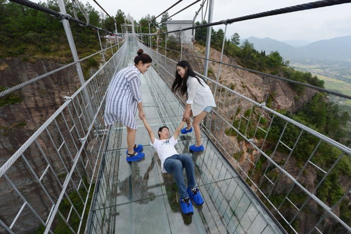 В Китае открылся прозрачный мост почти 200 метров высотой (8 фото)