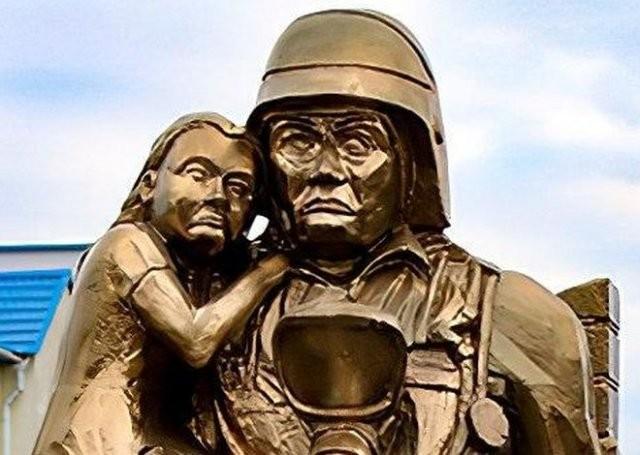 В Белоруссии установили памятник сотрудникам МЧС пугающий всех(3 фото)