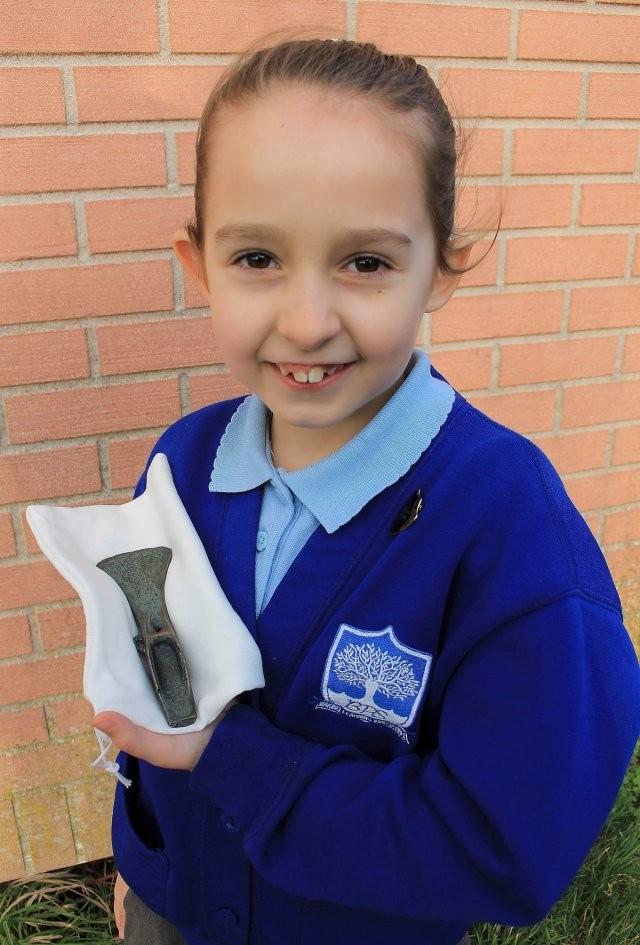 Ава Брэй взяла в руки металлоискатель и нашла сокровище (2 фото)