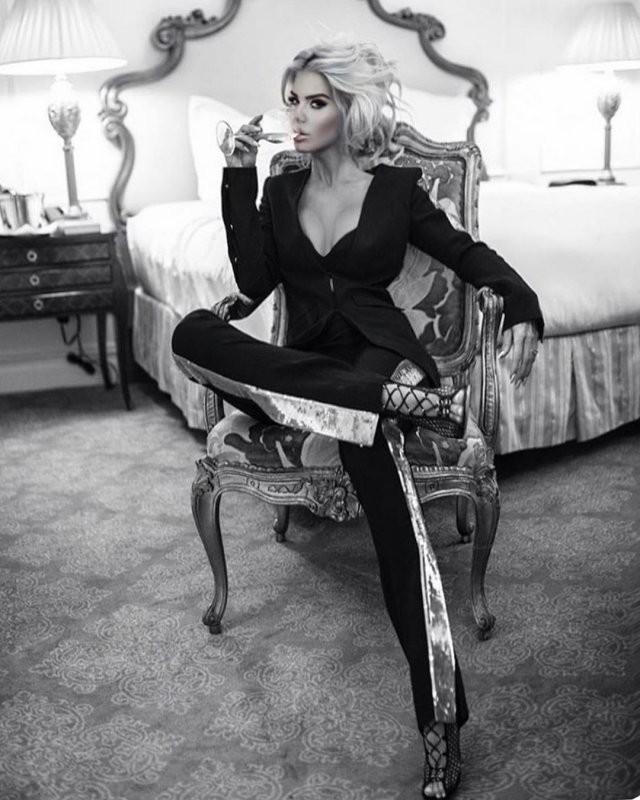 Шведская модель Виктория Сильвстедт поздравила женщин (14 фото)