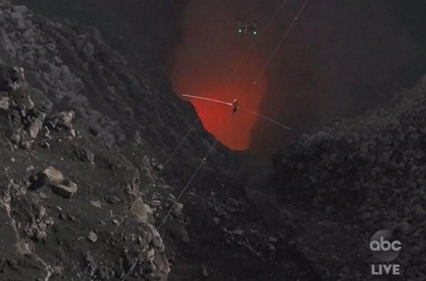 Канатоходец Ник Валленда прогулялся по тросу над вулканом (14 фото)