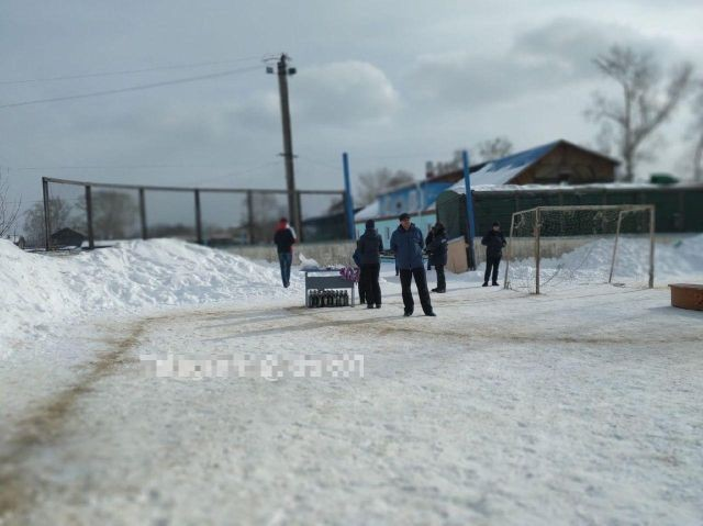 Сибирских футболистов возмутил подарок от мэра (3 фото)
