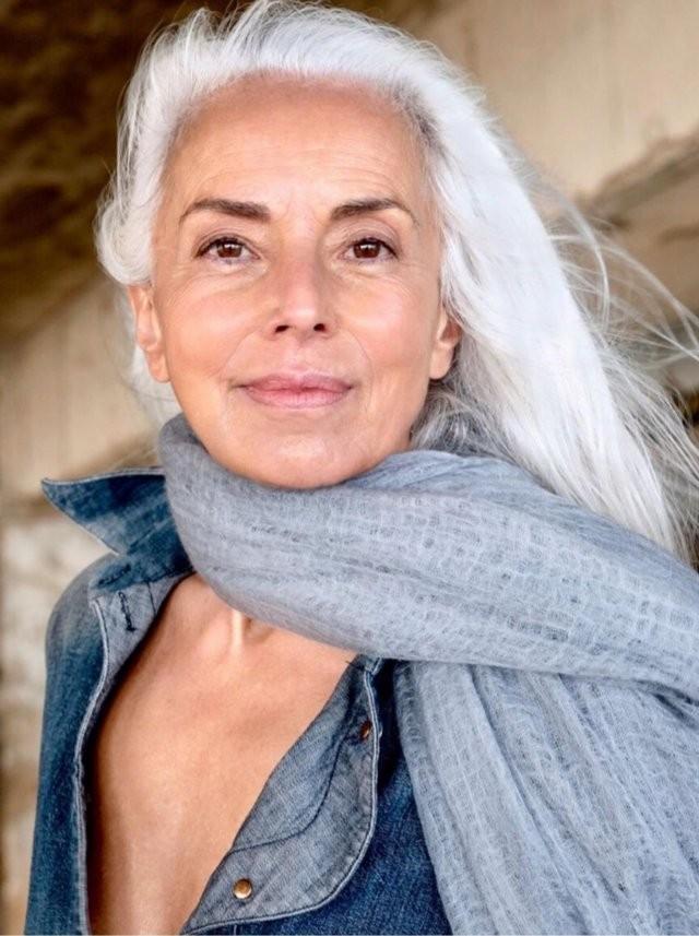 Яземина Росси доказывает, что стареть можно красиво (9 фото)