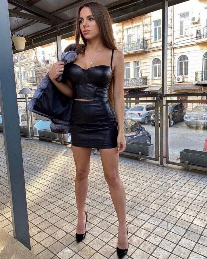 Девушки в обтягивающих платьях (27 фото)