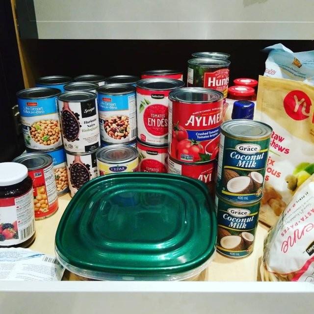 По всему миру люди раскупают продукты и консервы (11 фото)
