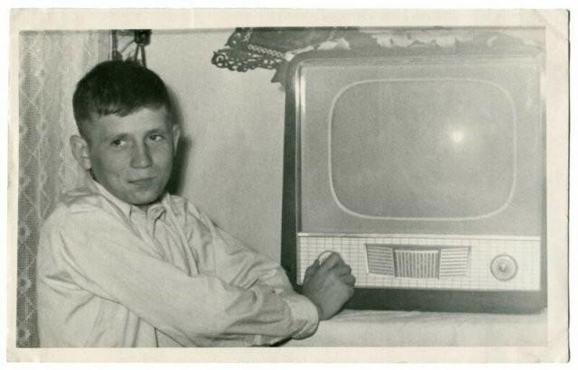 Ностальгия:радостные люди,в которых появился первый телевизор(13 фото)