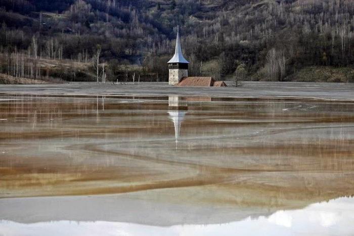 Токсичное озеро, образовавшееся на месте румынской деревни (10 фото)