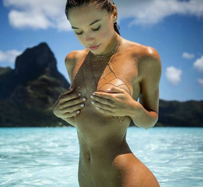 Девушки прикрывают грудь (19 фото)