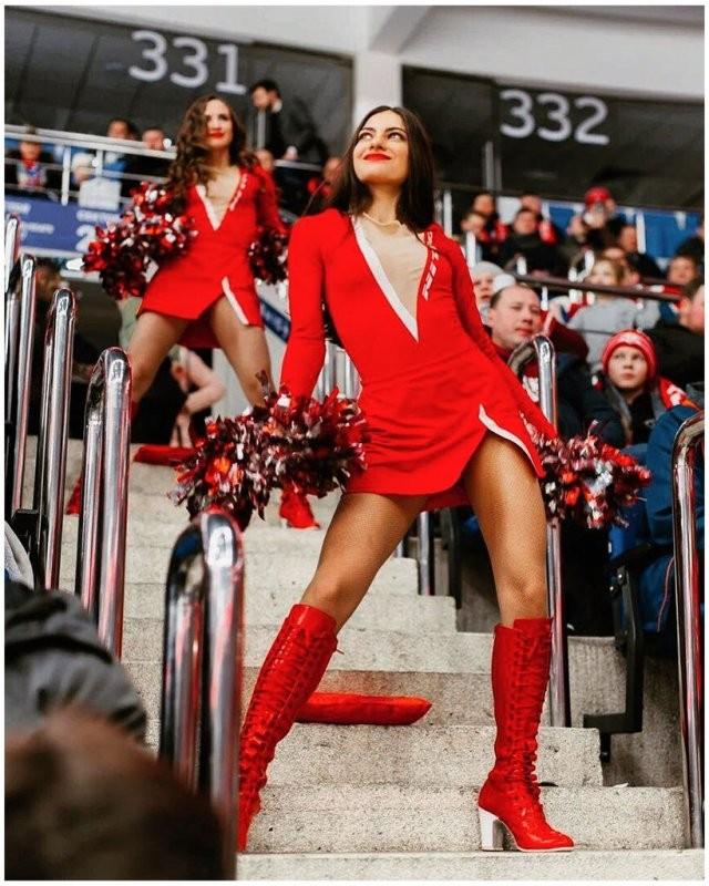 Красно-белые ангелы: девушки из группы поддержки «Спартака» (15 фото)