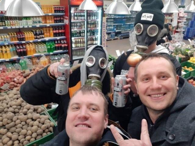 Люди, которые смеются над ажиотажем вокруг коронавируса (15 фото)