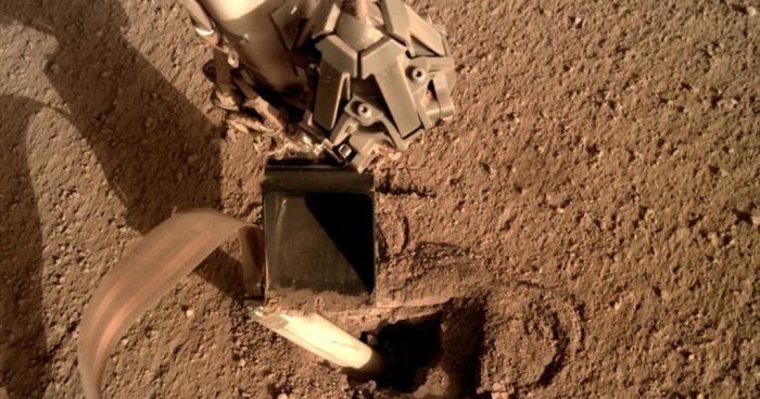 В NASA починили аппарат на Марсе, приказав стукнуть себя (2 фото)