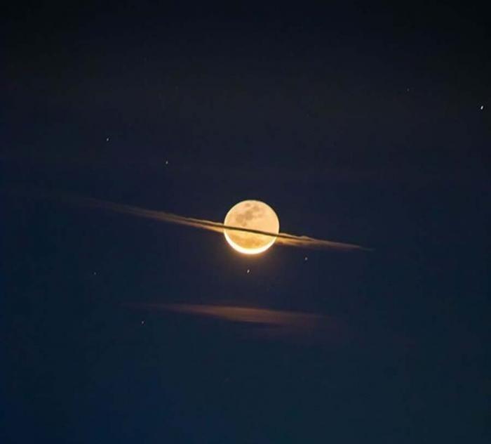 Уникальные снимки Луны, внешне напоминающей планету Сатурн (2 фото)