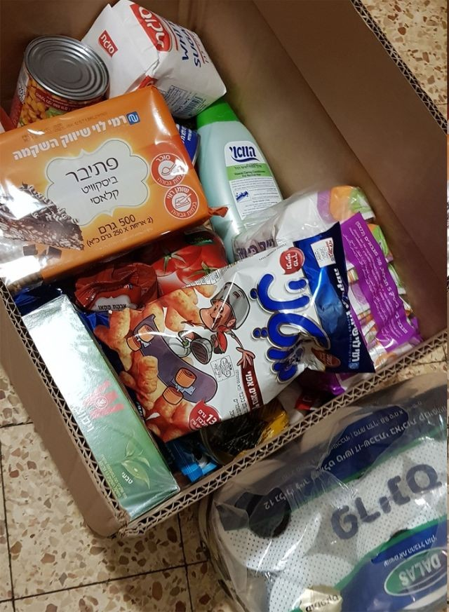 Израильтянам стали развозить продуктовые корзины (3 фото)