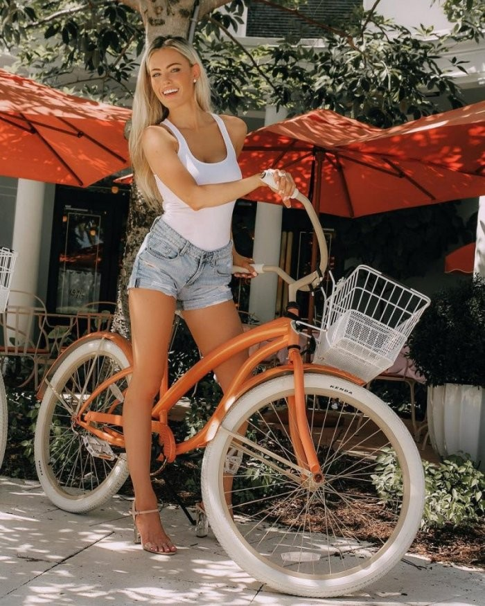Девушки с велосипедами (22 фото)
