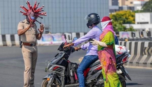 Полицейский из Индии нашел способ как привлечь внимание жителей (5 фото)