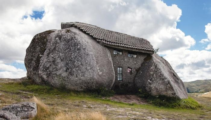 Самые необычные постройки из камня (13 фото)