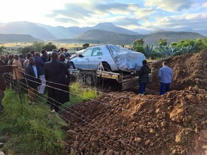 Африканского политика похоронили в любимом Мерседесе (9 фото)