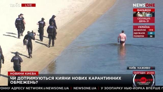 Пловец не рассчитал свои силы и попался в руки полиции (5 фото)