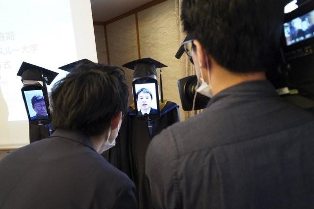 В Японии придумали, как раздать дипломы студентам (8 фото)