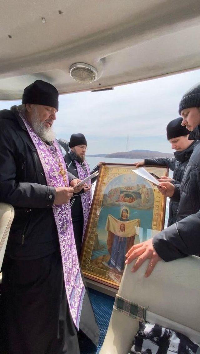 Во Владивостоке провели необычный крестный ход (6 фото)