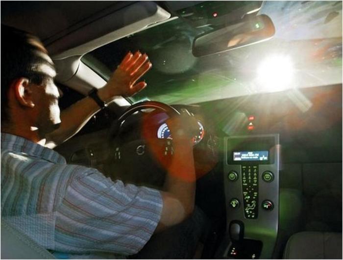 Дальнобойщики могут бросать болты во встречные машины (4 фото)