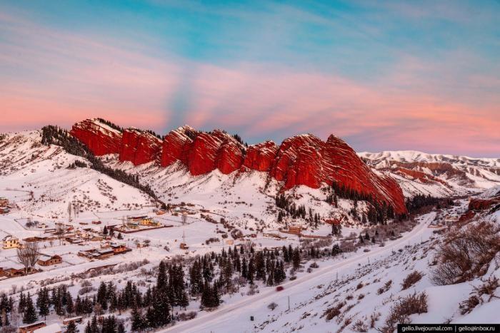 Красные скалы посреди снега (15 фото)