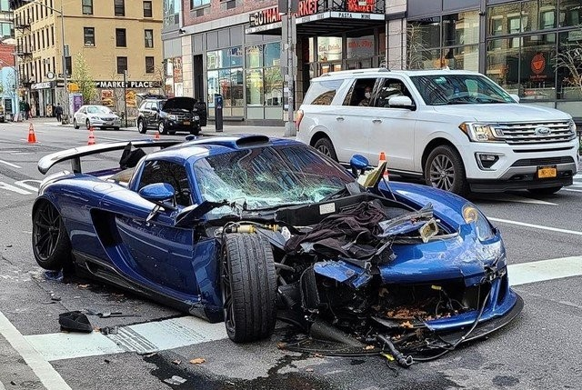 Редчайший суперкар за 780 000 долларов попал в ДТП (3 фото)