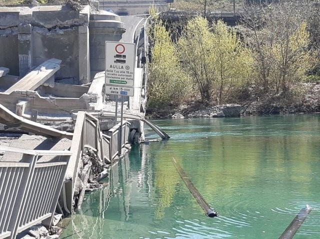 На Севере Италии рухнул мост (11 фото)