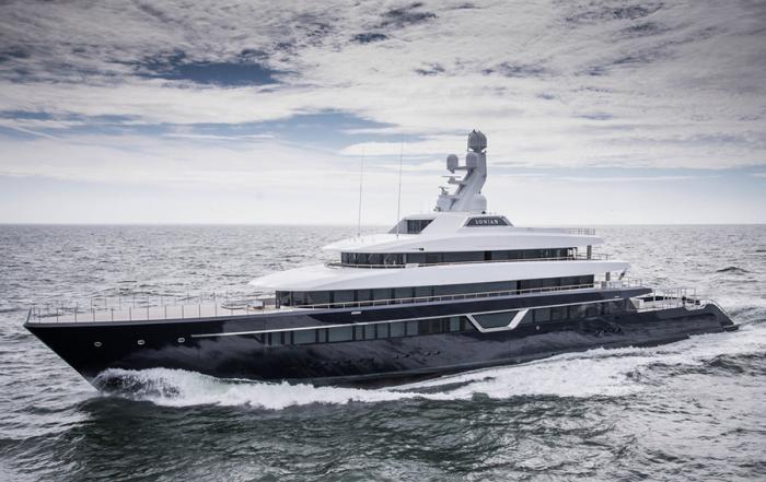 Как миллиардеры самоизолируются на своих лодках (3 фото)