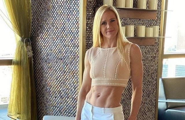 Экс-чемпионка UFC Холли Холм тренируется дома (4 фото)