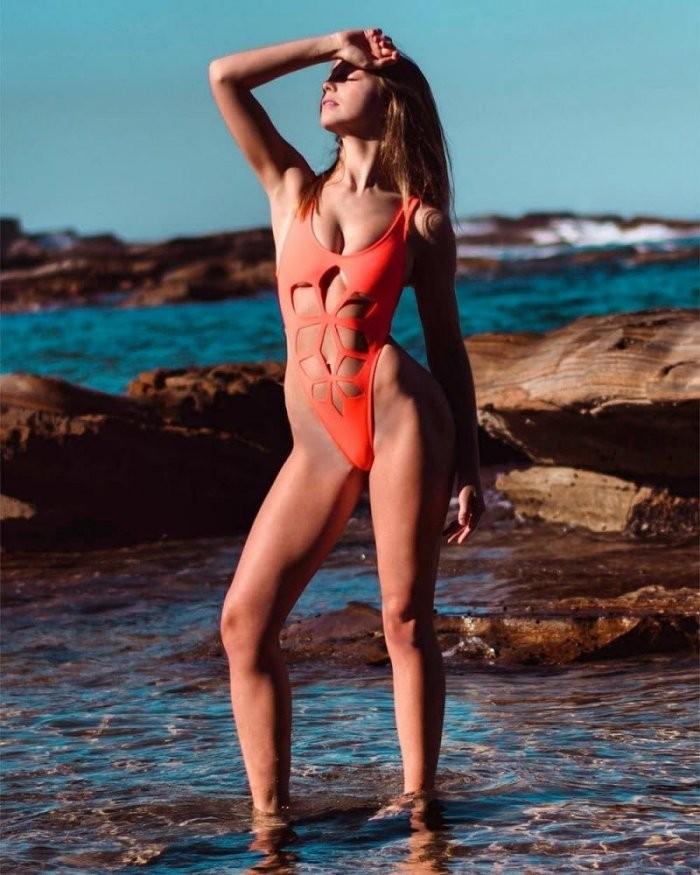 Новый тренд - девушки в купальниках с вырезами (17 фото)