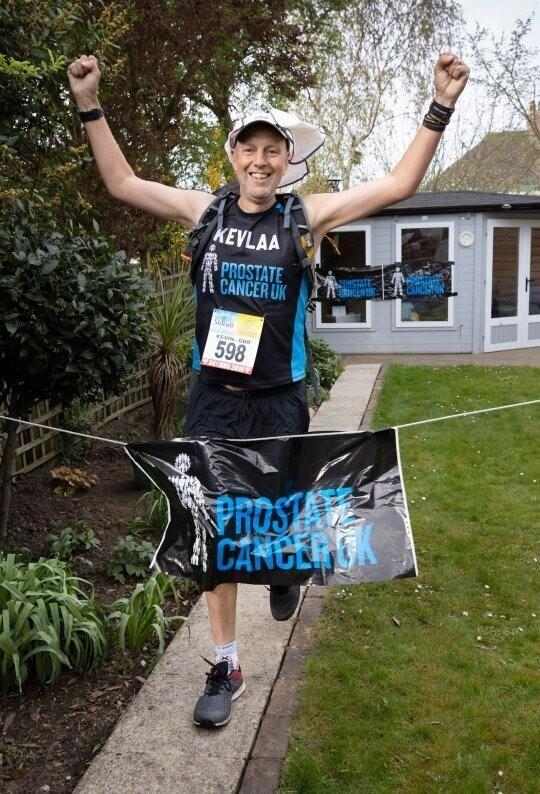 Мужчина пробежал марафон во дворе своего дома (3 фото)