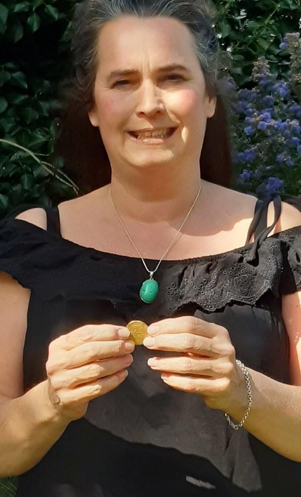 Британка Аманда Джонстон нашла клад XV века в своем саду (5 фото)