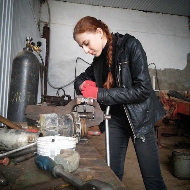 Девушка-трактористка, которая не стесняется своей профессии (11 фото)