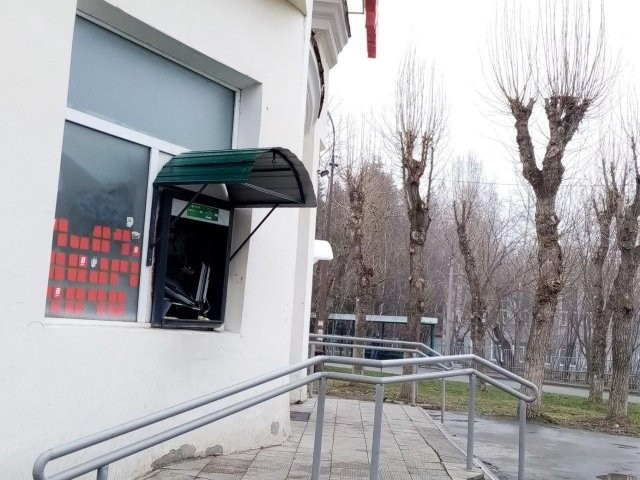 Спокойно вошел, взорвал банкомат, забрал деньги и вышел (3 фото)