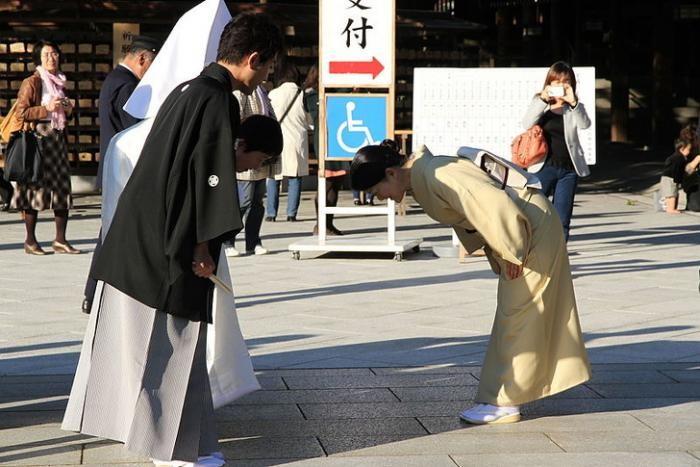 Не понятные для нас японские традиции (9 фото)