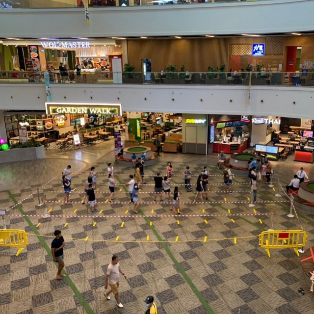 В Сингапуре с помощью клейкой ленты помогают людям (27 фото)