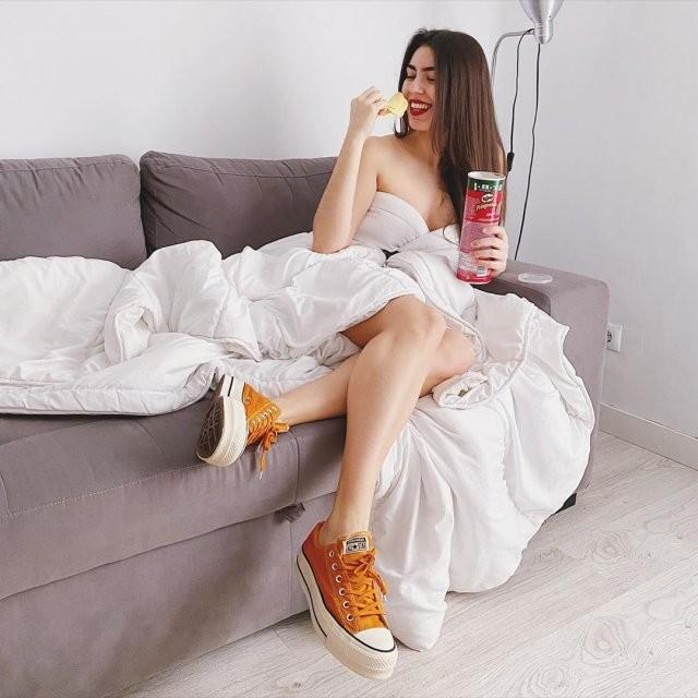 Самоизоляционный челлендж duvetchallenge: нарядись в одеяло (20 фото)