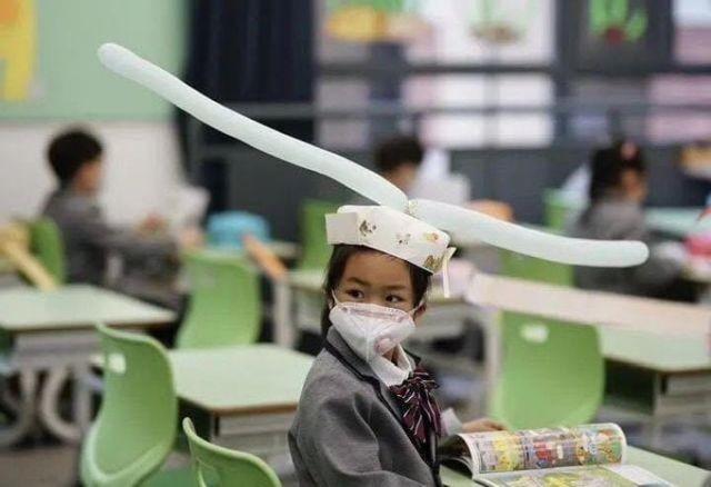 В Китае открылись школы, как научить детей держать дистанцию (2 фото)