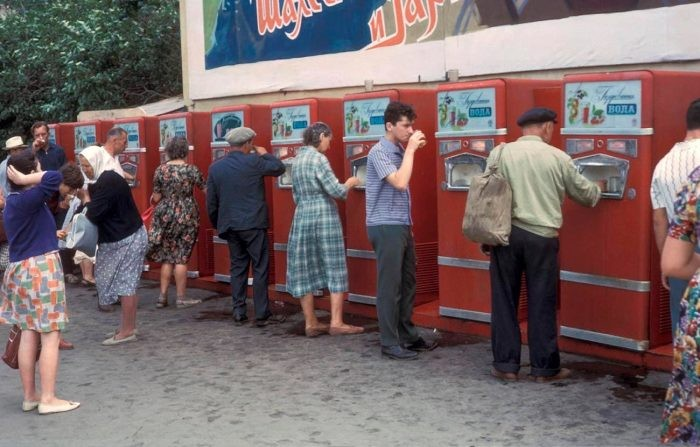 Почему в СССР люди пили напитки из общего стакана (9 фото)