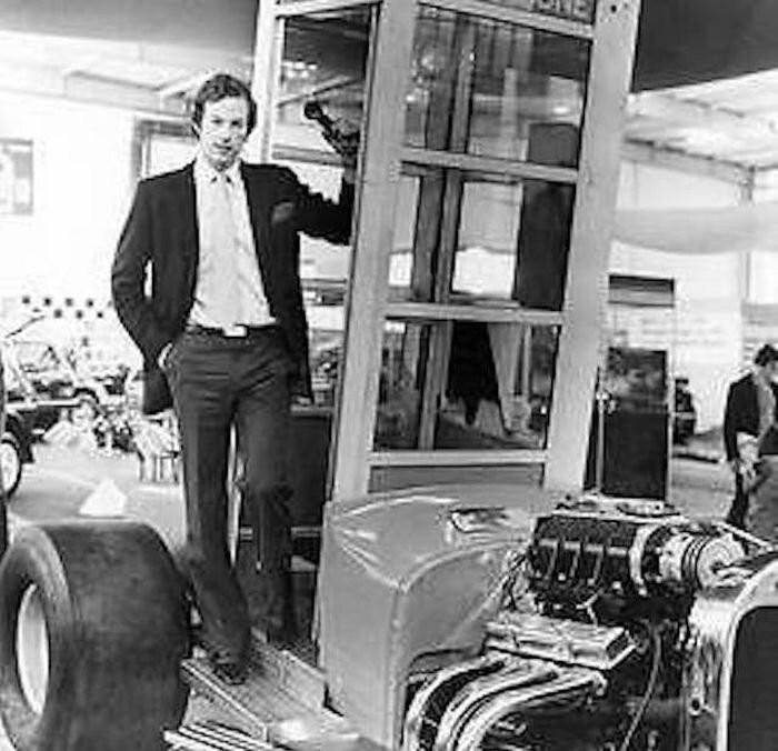 Самая быстрая в мире телефонная будка (9 фото)