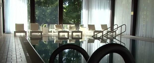 Король Таиланда проводит карантин в отеле вместе с гаремом (12 фото)