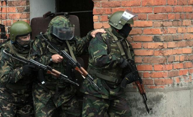 Для чего спецназовцы держат друг друга за плечо (2 фото)