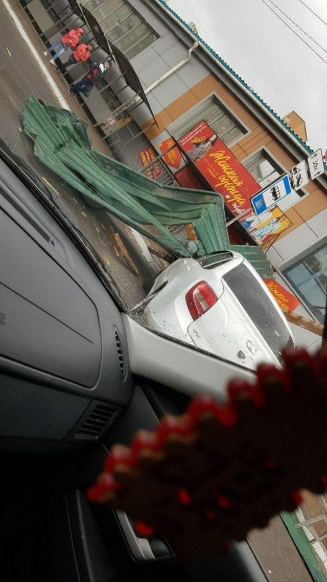 Ураган в Чите: порывами ветра уносит гаражи и сносит крыши (2 фото)