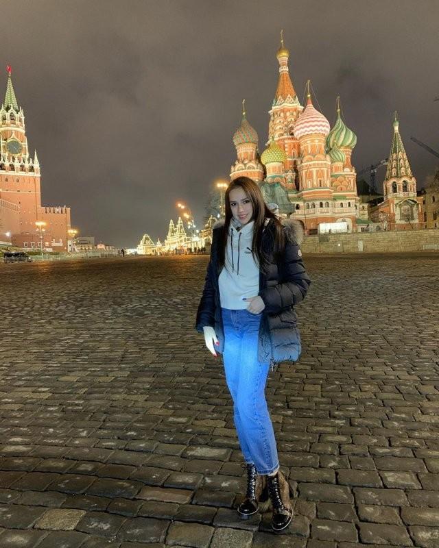 На 18 лет Алина Загитова позволит себе кусочек торта (9 фото)